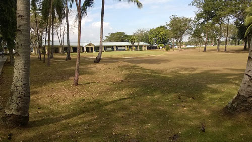 Apo Golf and Country Club 18th green and clubhouse