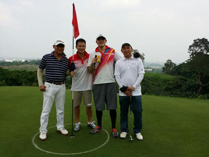 golfers celebrating the event